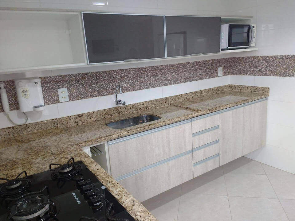 fogão cooktop - cozinha branca com bancada de granito ouro