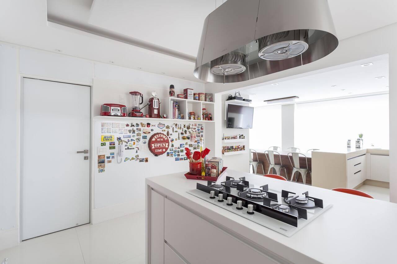fogão cooktop - cozinha branca com cooktop e ímãs decorativos