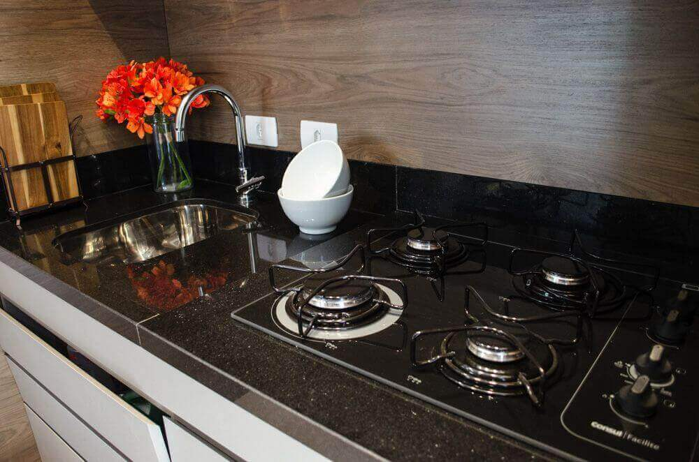 fogão cooktop - cozinha com balcão de granito preto e cooktop