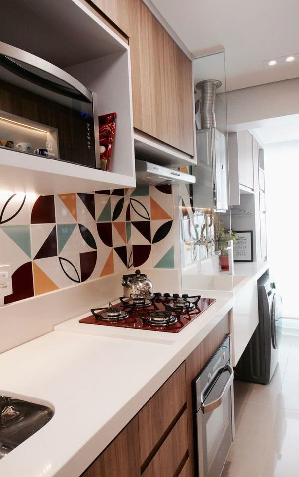 fogão cooktop - cozinha com cooktop vermelho e azulejos coloridos