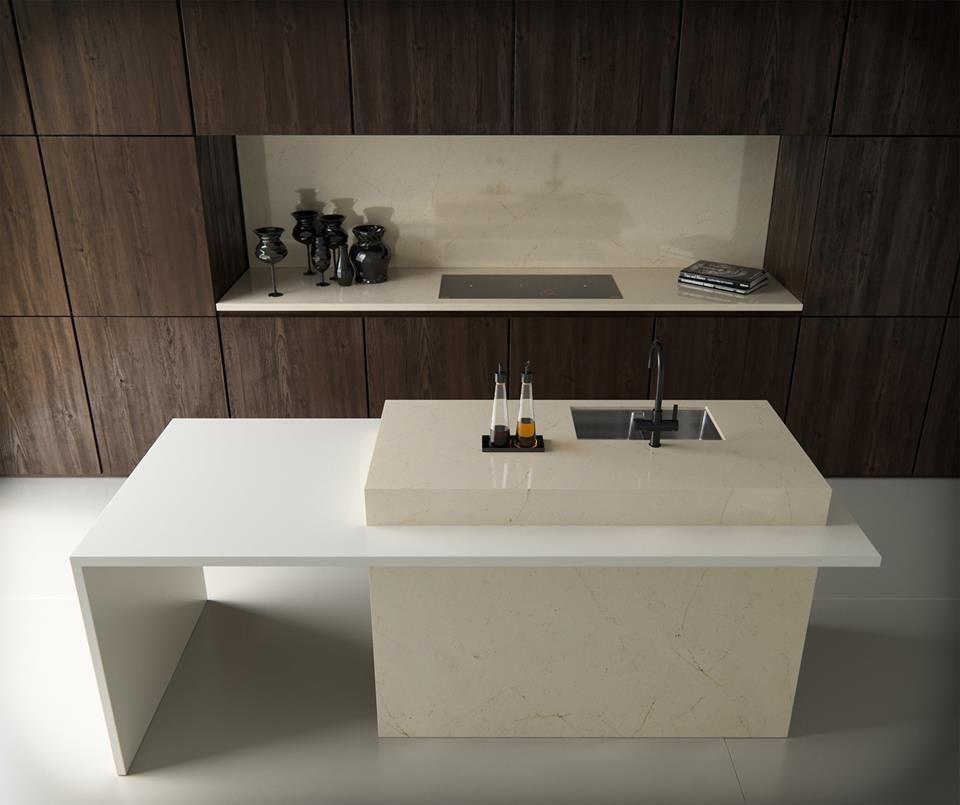 fogão cooktop - móvel de madeira escura e nicho com cooktop preto