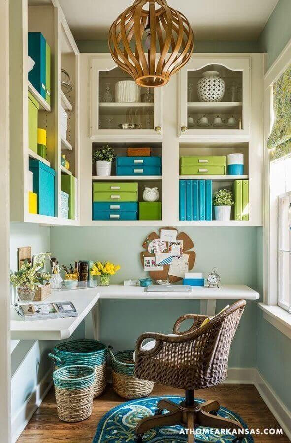 home office decorado com cadeira rattan giratória Foto Kathryn Lemaster