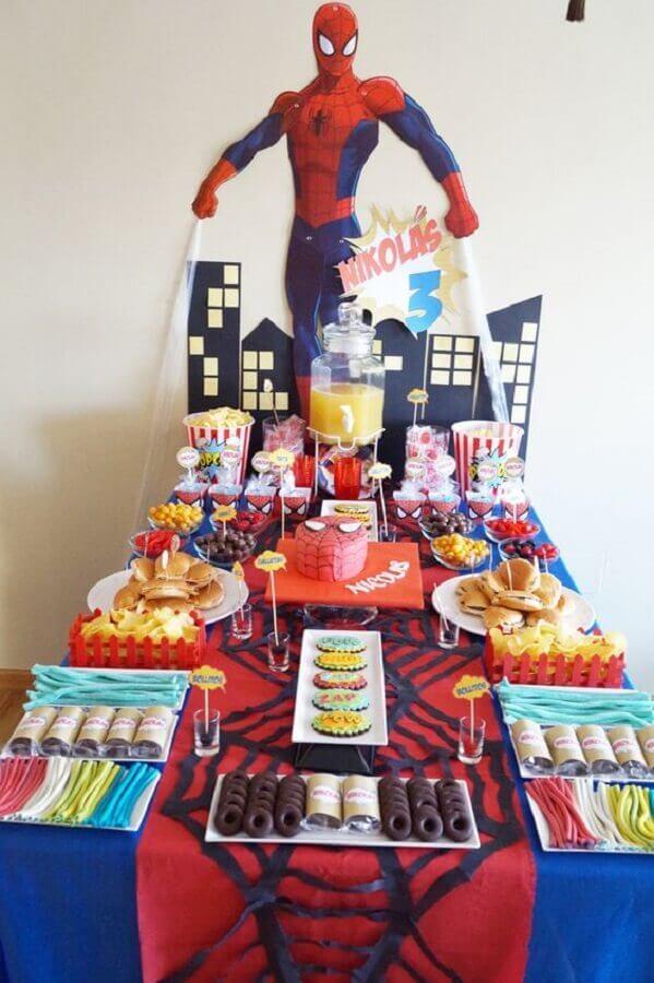 mesa de doces decorada para festa do homem aranha Foto Pinosy