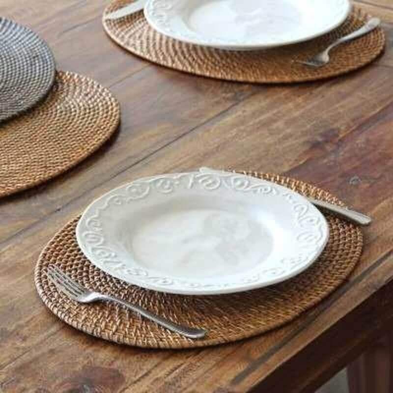 mesa de madeira com sousplat rattan Foto Mercado Livre