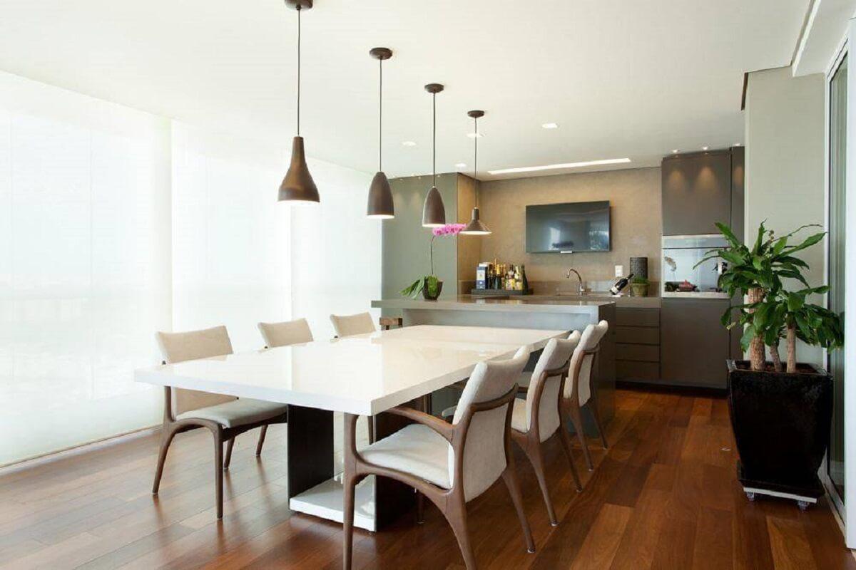 mesa para sala de jantar decorada com pendente diferentes