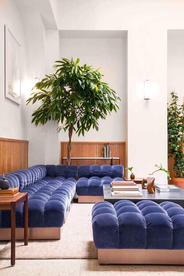 modelo diferente de sofá de canto azul Foto Mauricio Gebara Arquitetura