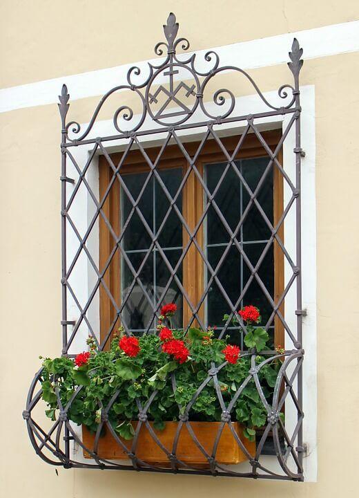 modelos de grades - janela com grade preta com espaço para flores