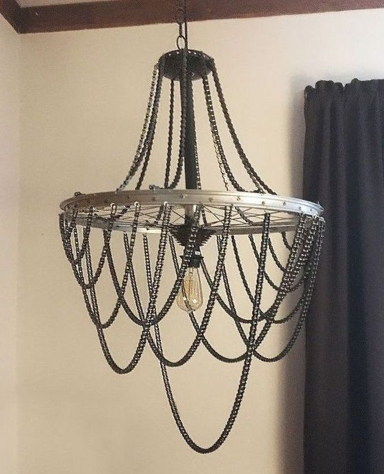 modelos de lustres - lustre com correntes de metal e apenas uma lâmpada