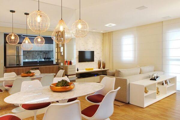 Iluminação de teto da sala de jantar com estrutura dourado