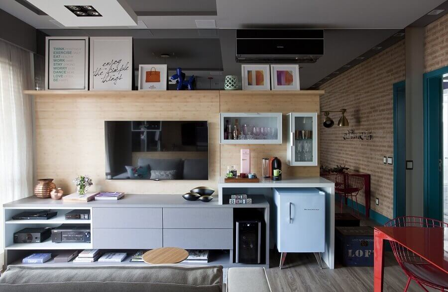 painel com rack cinza para decoração de sala moderna Foto Juliana Pippi