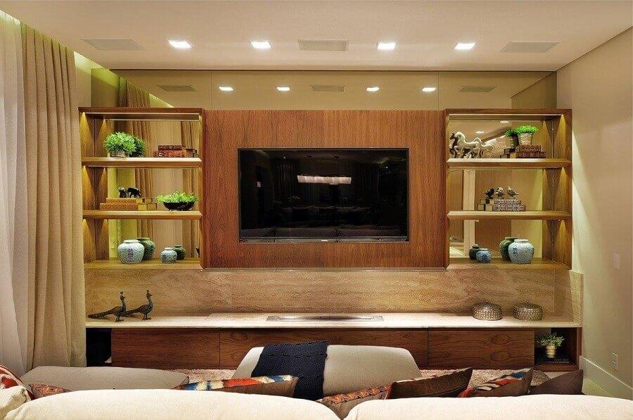 painel com rack de madeira para sala com prateleira espelhada Foto Quitete Faria