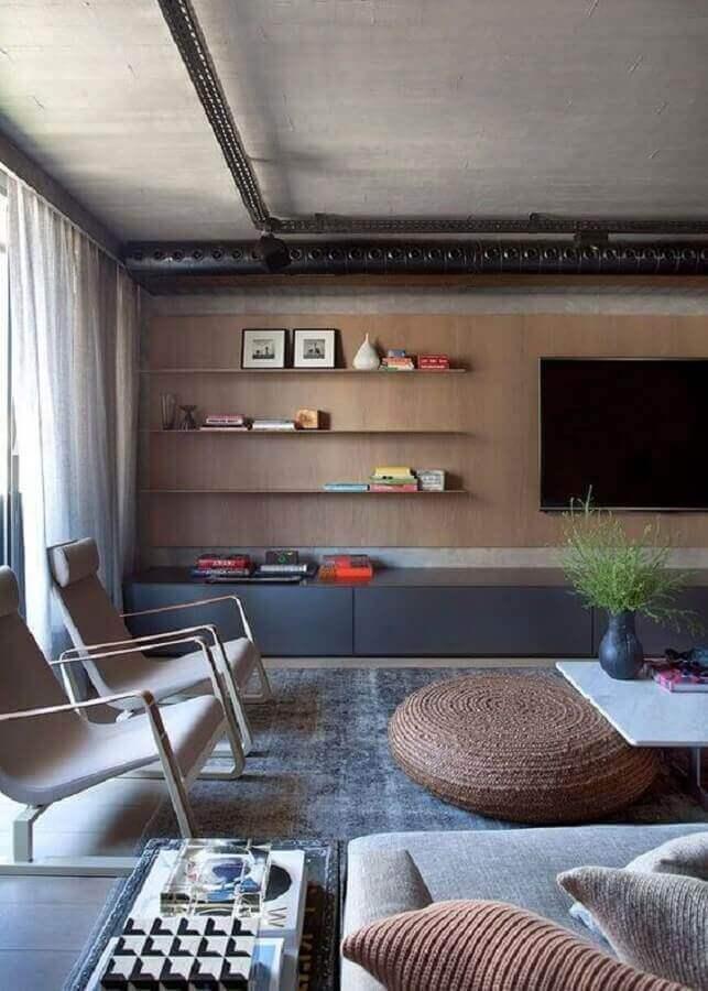 painel com rack para decoração de sala ampla e moderna com teto de cimento queimado Foto Yamagata Arquitetura