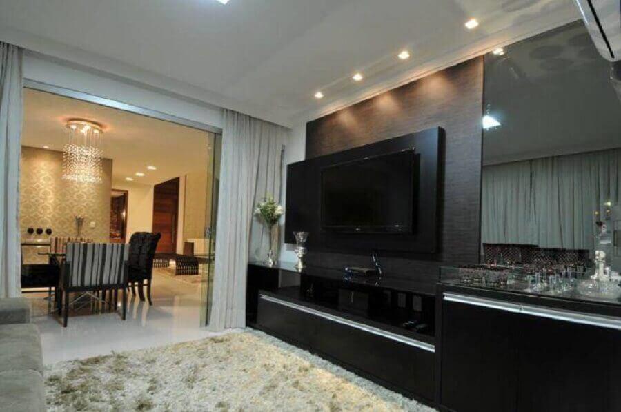 painel com rack preto para sala com tapete felpudo Foto Cypriana Pinheiro