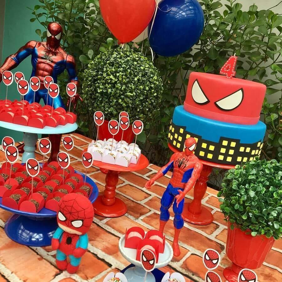 painel de folhagens para decoração de festa do homem aranha Foto Decoração de Festas