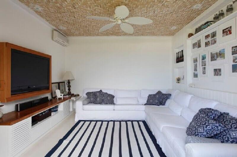 painel de madeira com rack para sala com sofá branco de canto Foto Paola Ribeiro