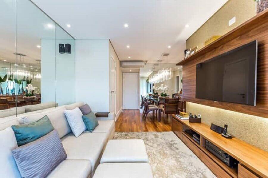 painel para tv com rack de madeira para sala pequena com parede espelhada Foto By Arquitetura