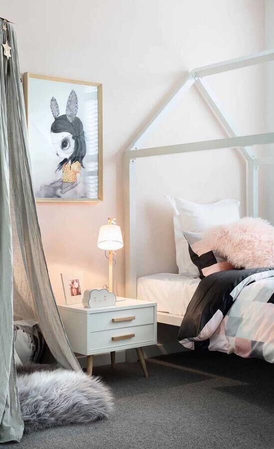 quadros para quarto tumblr decorado em tons claros com cama de casinha Foto Behance