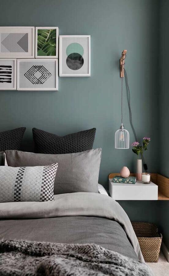 quadros tumblr para quarto de casal com criado mudo suspenso e parede azul petróleo Foto Blue Ridge Apartments