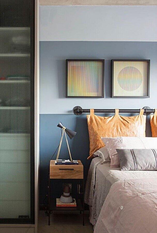 quarto de casal decorado com cabeceira azul petróleo e criado mudo de madeira Foto Mauricio Gebara Arquitetura