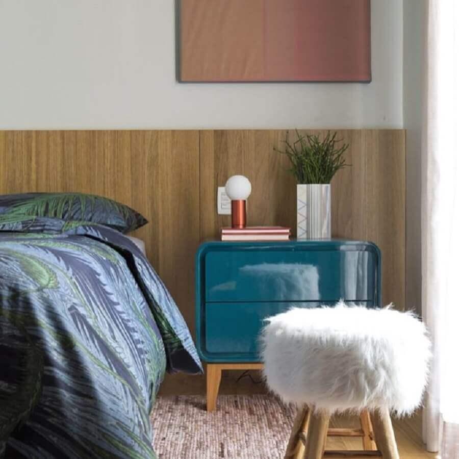quarto decorado com criado mudo azul petróleo Foto Diego Revollo
