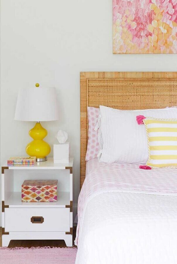 quarto todo branco decorado com cabeceira rattan Foto Urban Outfitters