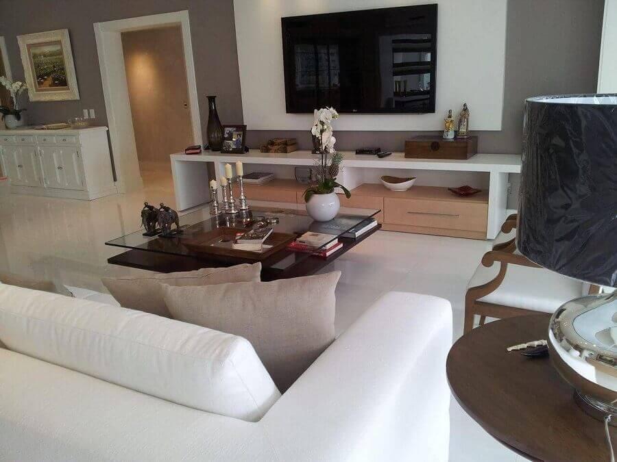 rack com painel branco para sala ampla com mesa de centro quadrada de vidro Foto Lucio Nocito