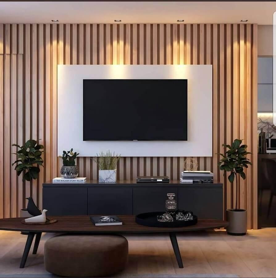 rack com painel branco para sala com revestimento de madeira Foto Mobillita