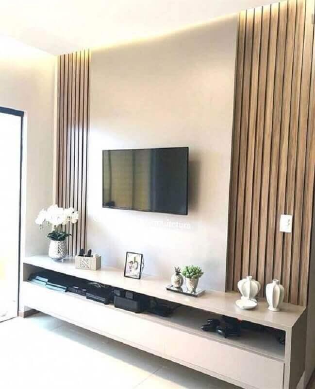 rack com painel branco para sala com revestimento de madeira Foto Pinterest
