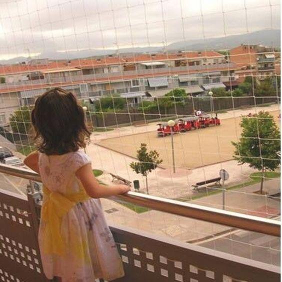 redes de proteção - criança em sacada com redes de proteção