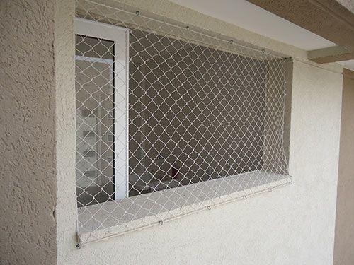 redes de proteção - janela com rede de proteção branca