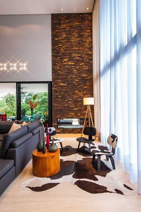 revestimento pedra ferro para sala de estar sofisticada com lareira Foto Galeria da Arquitetura