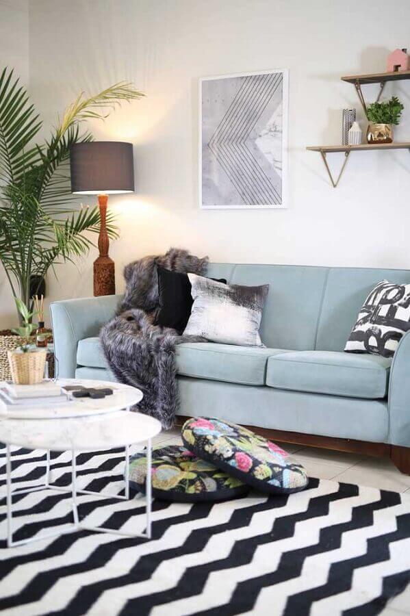 sala branca decorada com sofá azul claro e tapete preto e branco Foto Ideias Decor