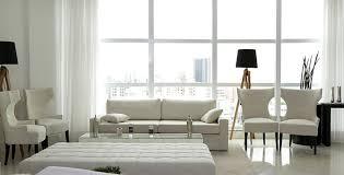 Sala com móveis na cor off white móvel