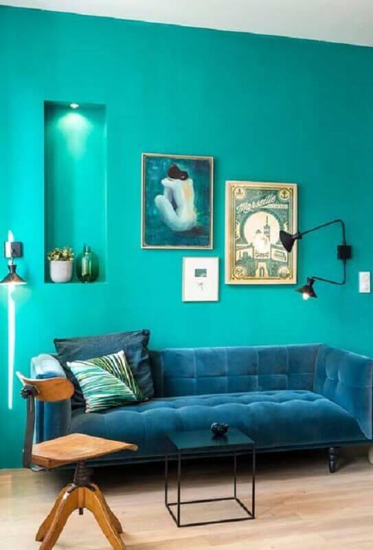 sala com sofá azul escuro e parede azul tiffany Foto Pinosy