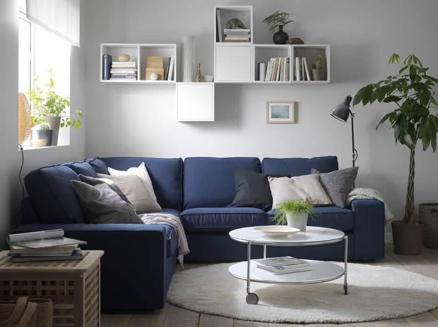 sala com sofá de canto azul e tapete redondo Foto Pinterest