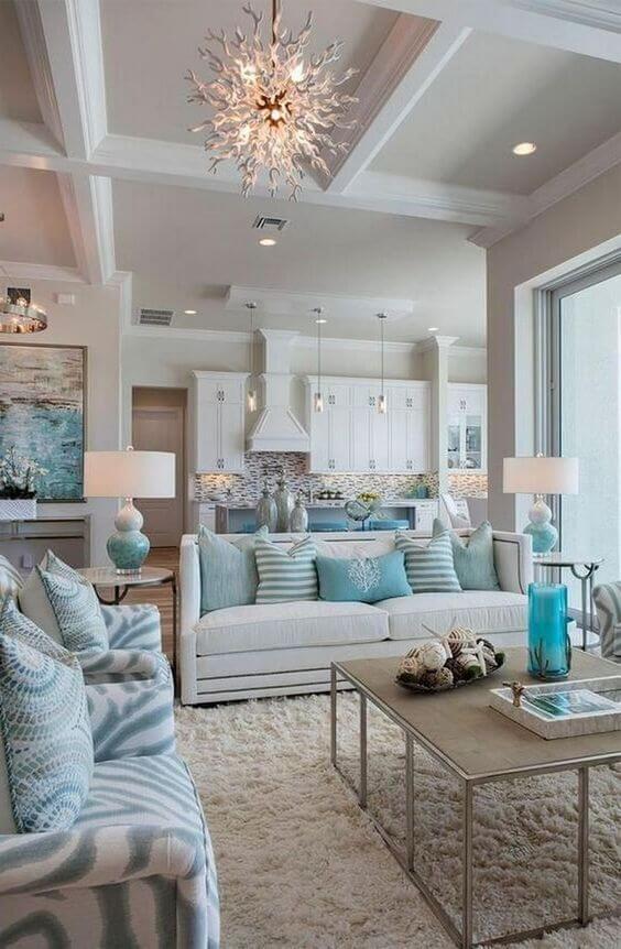 móveis na cor off white e almofadas coloridas azuis