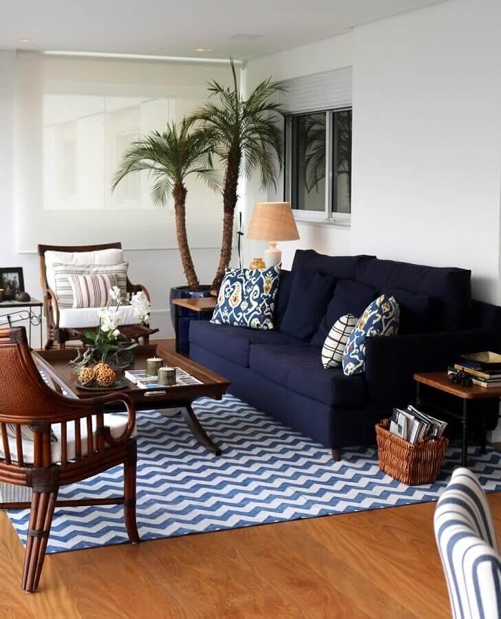 sala de estar decorada com poltronas de madeira e sofá azul marinho Foto Casa de Valentina