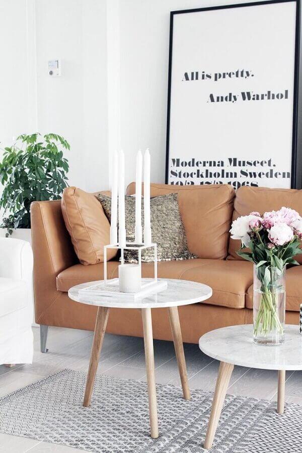 sala de estar decorada com sofá marrom e quadro tumblr grande Foto Artsvette