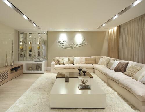 Sala de estar na cor off white com sofá de canto