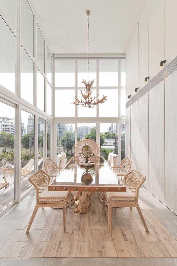 sala de jantar com paredes de vidro e cadeira rattan Foto Architecture Art Designs