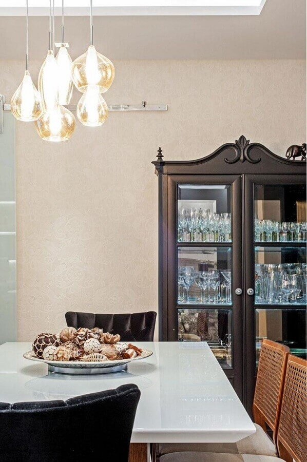 sala de jantar decorada com cristaleira antiga Foto Patricia Azoni