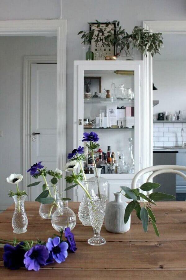 sala de jantar decorada com cristaleira branca e mesa de madeira Foto BV Magazine
