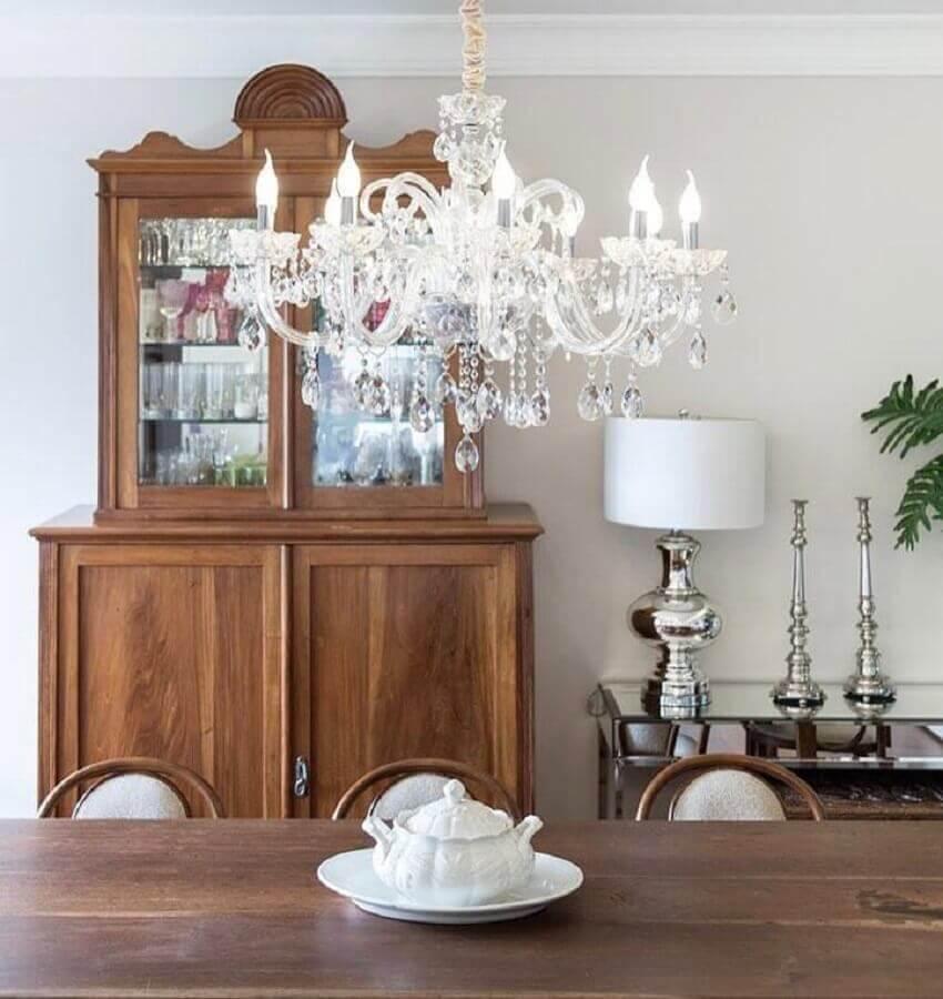 sala de jantar decorada com lustre de cristal e cristaleira antiga Foto Stefani Arquitetura