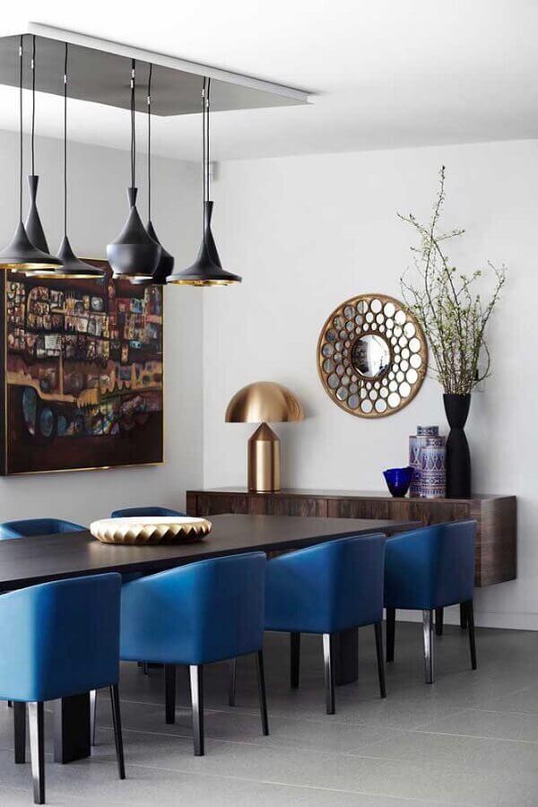 sala de jantar decorada com mesa de madeira e cadeiras azul petróleo Foto Ideias Decor