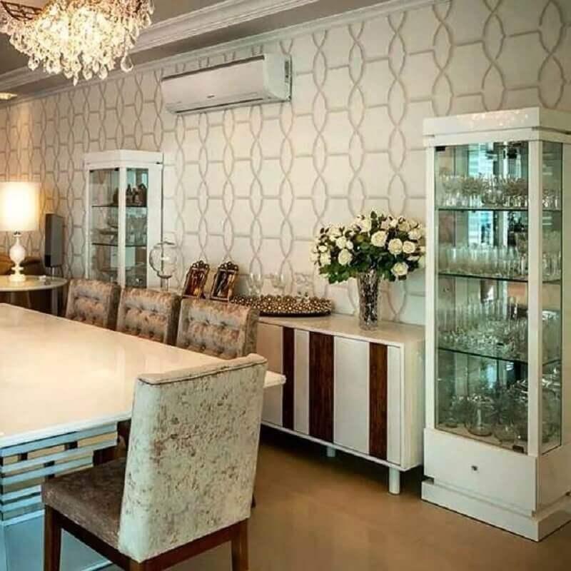 sala de jantar decorada com papel de parede e cristaleira branca Foto Adriana Piva Arquitetura