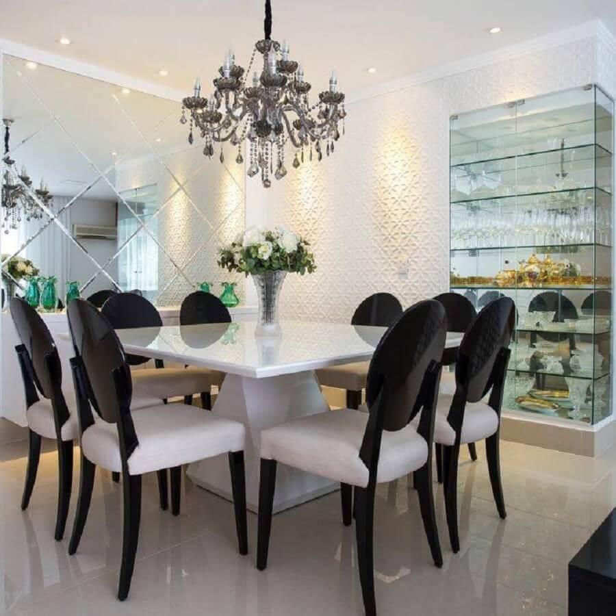 sala de jantar sofisticada decorada com lustre candelabro e cristaleira de vidro Foto Viviane Maistro Giampini