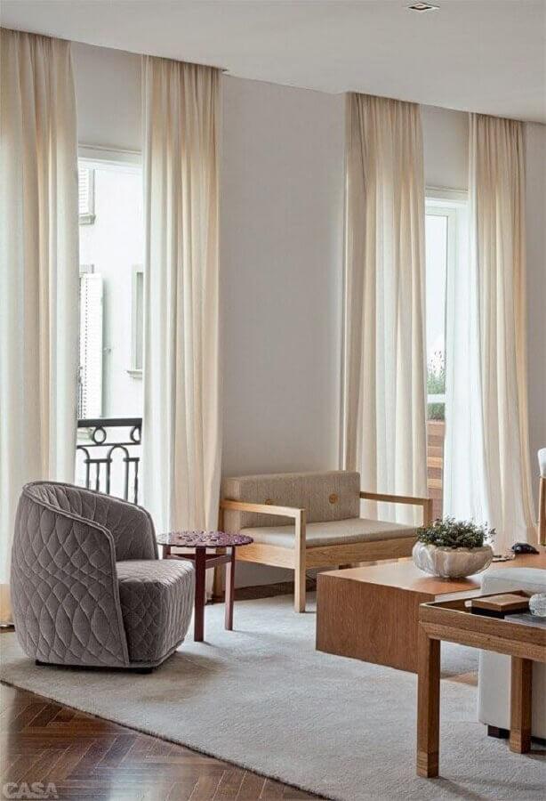 sala decorada com cadeira namoradeira de madeira Foto Deco Proyectos