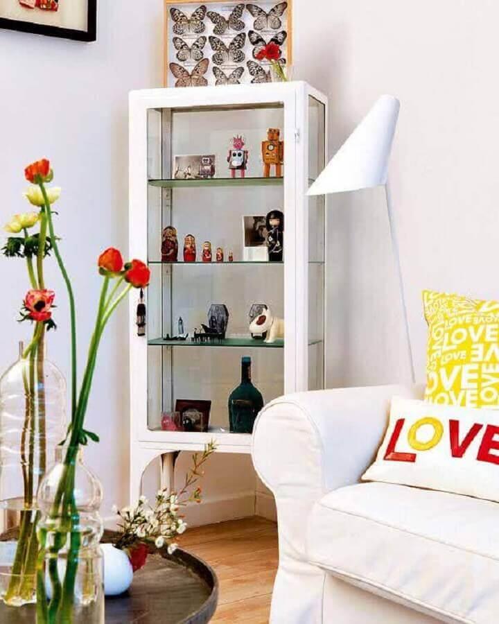 sala decorada com cristaleira pequena branca Foto Tudo Especial