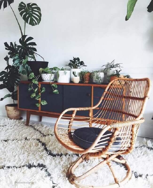 sala decorada com muitas plantas e cadeira rattan Foto Pinterest