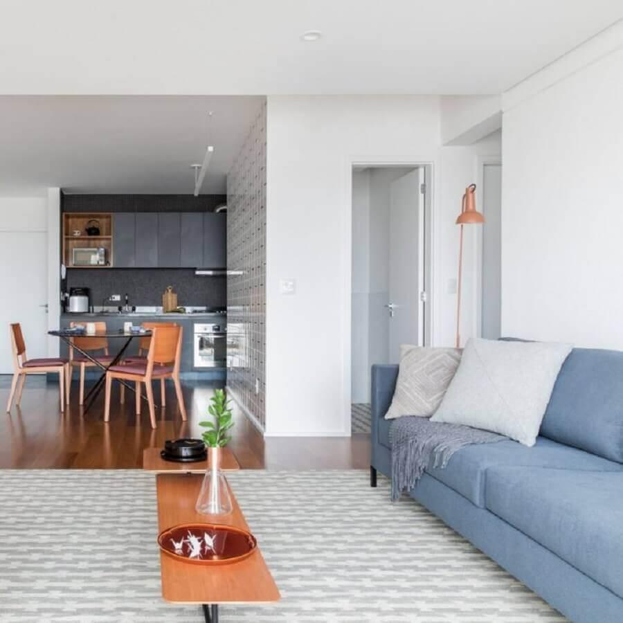 sala decorada com sofá azul claro e tapete cinza Foto Iná Arquitetura